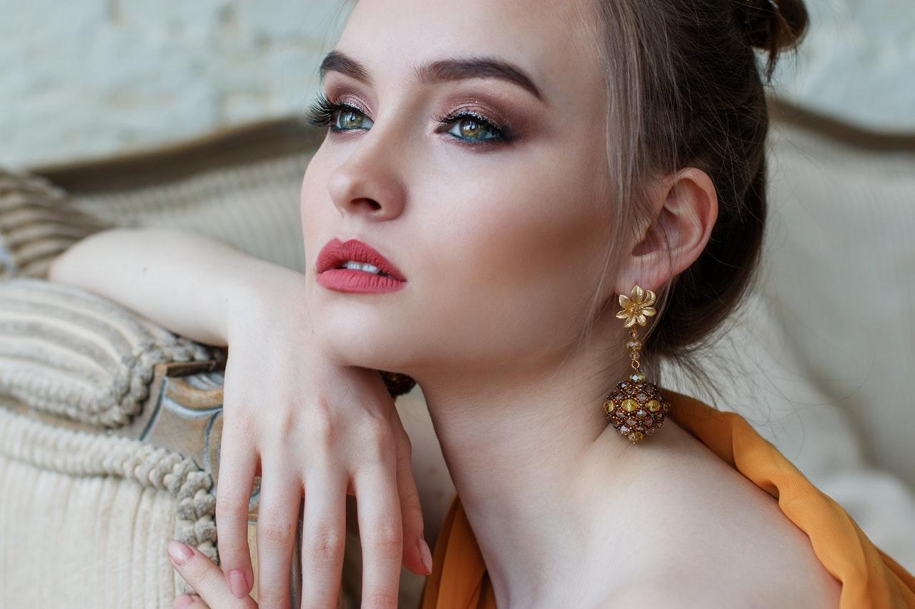 vrouw met oorbellen
